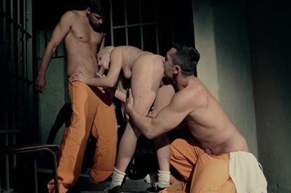Толпа голодных мужиков в постели трахают опытную голую шлюшку онлайн