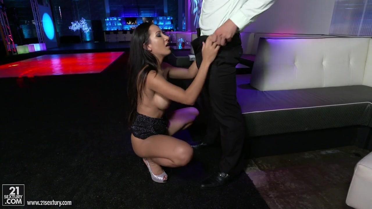 Брюнетка В Ночном Клубе Развлекается С Двумя Охранниками - Смотреть Порно Онлайн