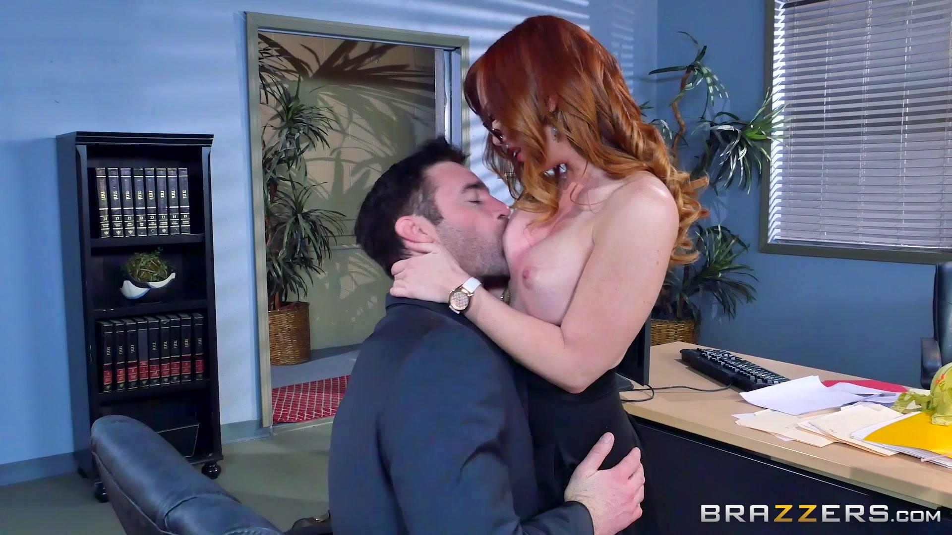развел в офисе на секс
