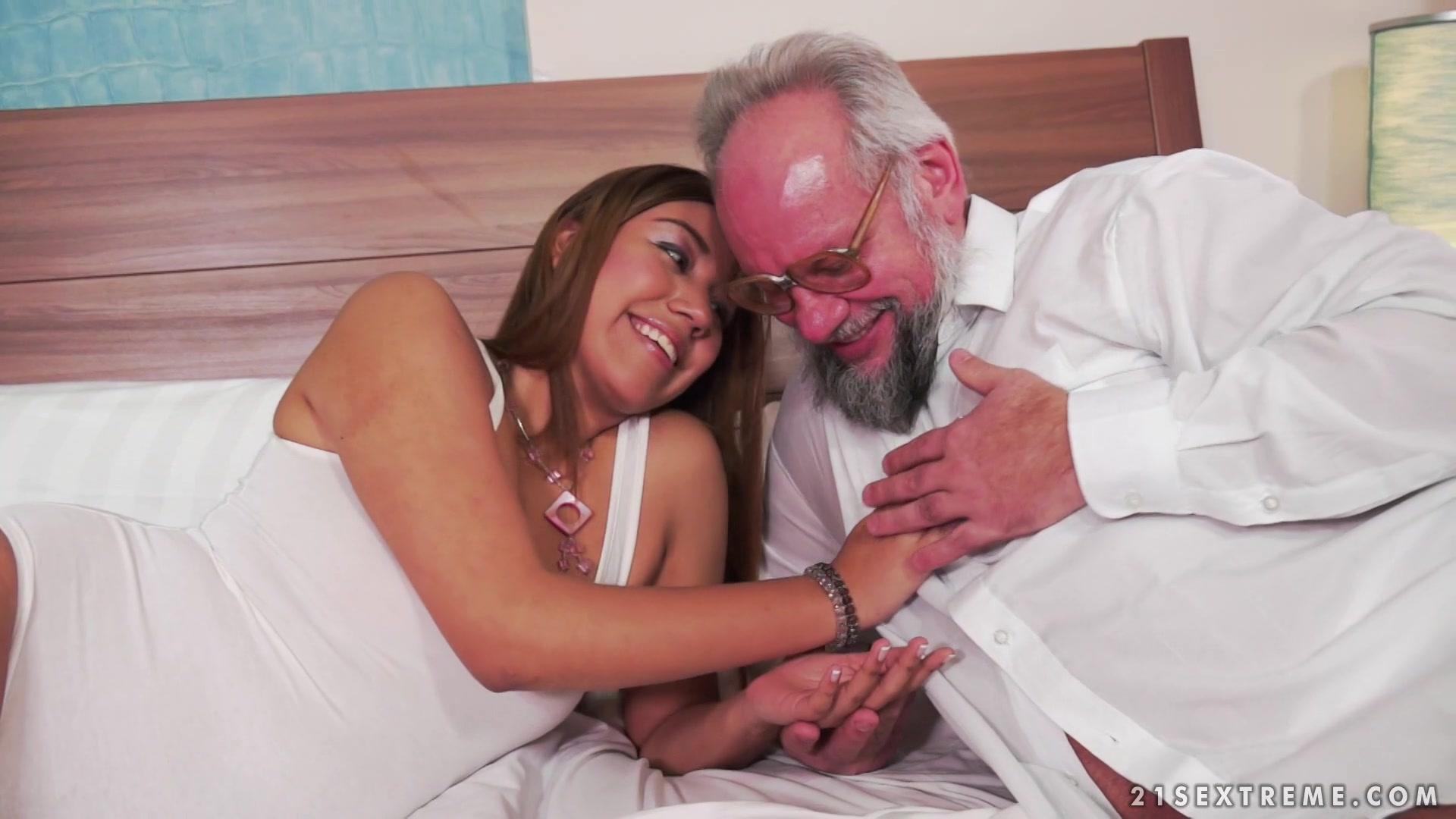 Смотреть порно бесплатно дед развел внучку на секс 24 фотография