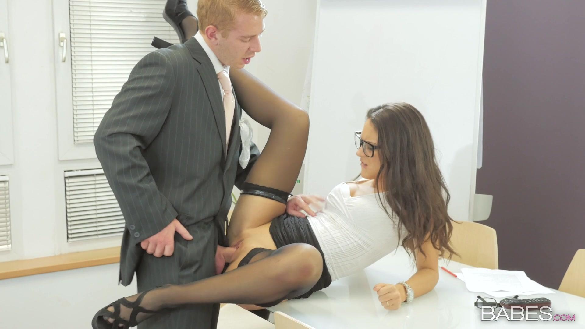 секс с директором на столе в офисе