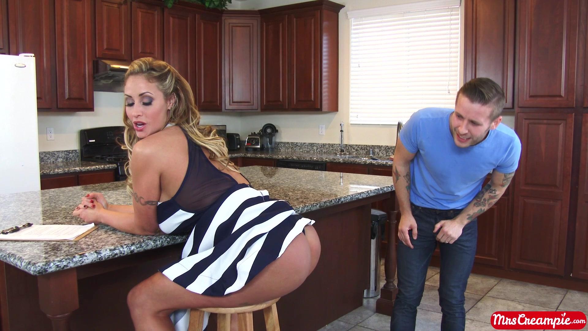Ненасытная блондинка раздаинула ноги на кухне перед парнем с большим членом