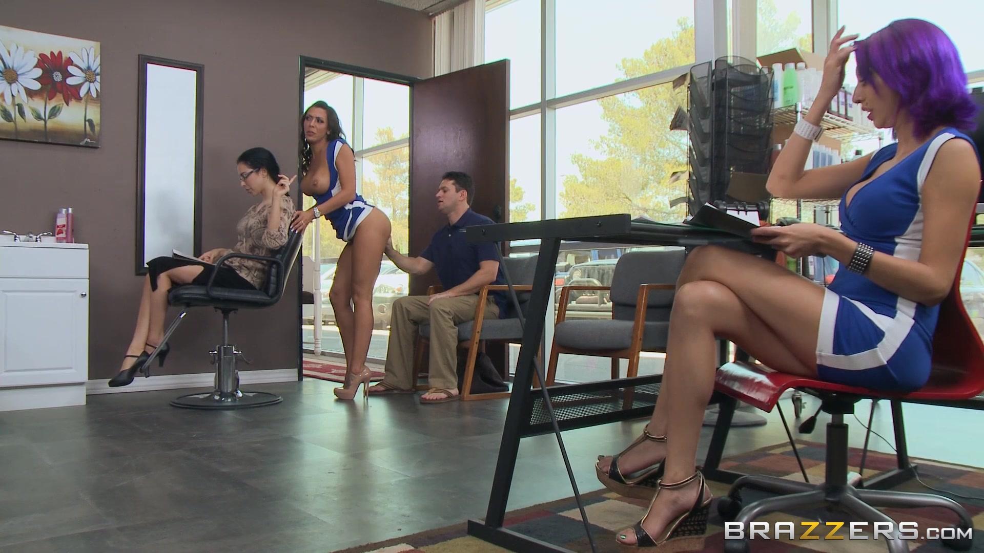 изменяет жене в салоне красоты порно