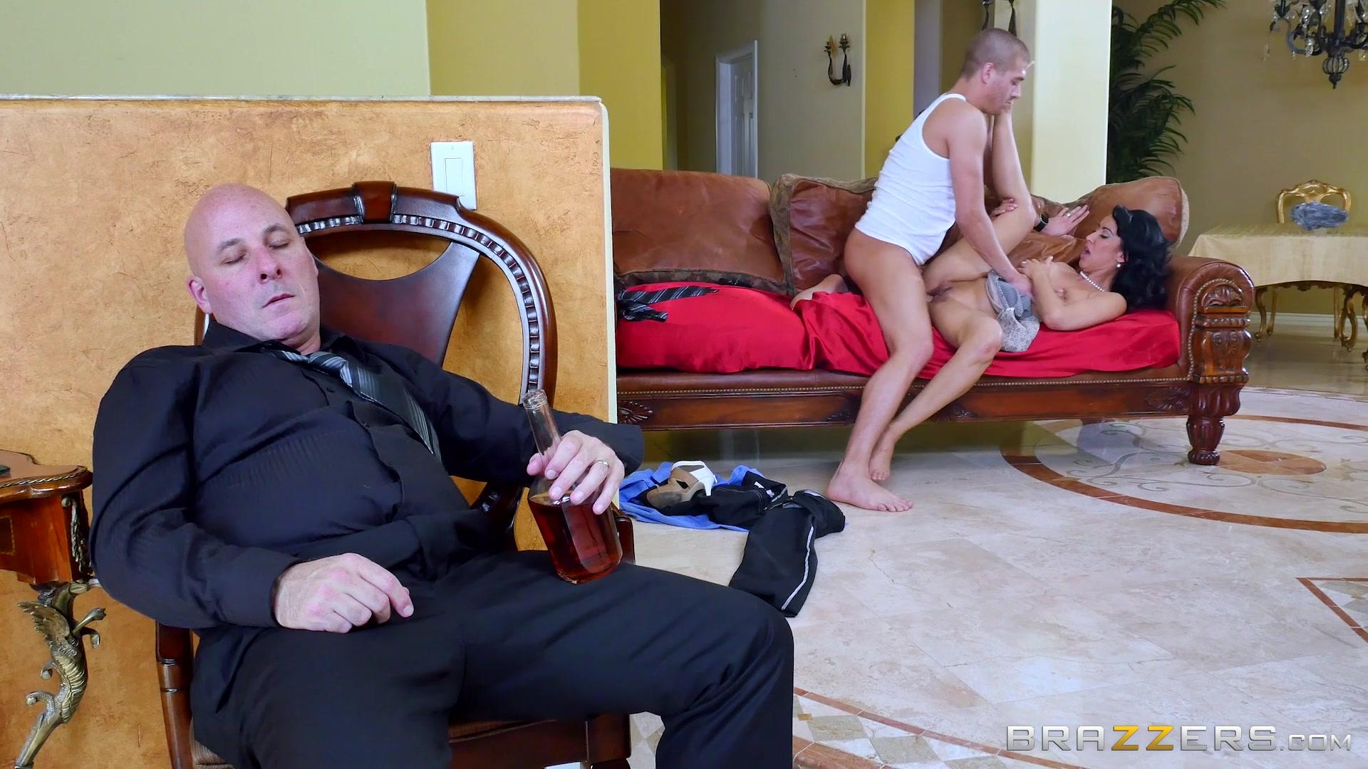 Пока уж спит жена трахаеться с молодым онлайн бесплатно фото 301-792