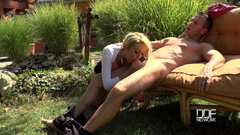 порно с училкой на диване на даче